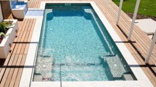 Poolen Trainer från Compasspools och Spa o Bad. Lång pool med integrerad trappa och livstidsgaranti