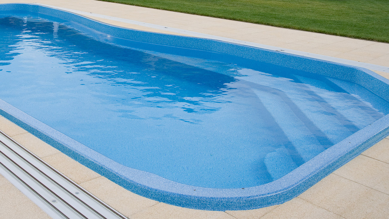 Poolen Riverina från Compasspools och Spa o Bad. Pool med integrerade trappsteg och livstidsgaranti