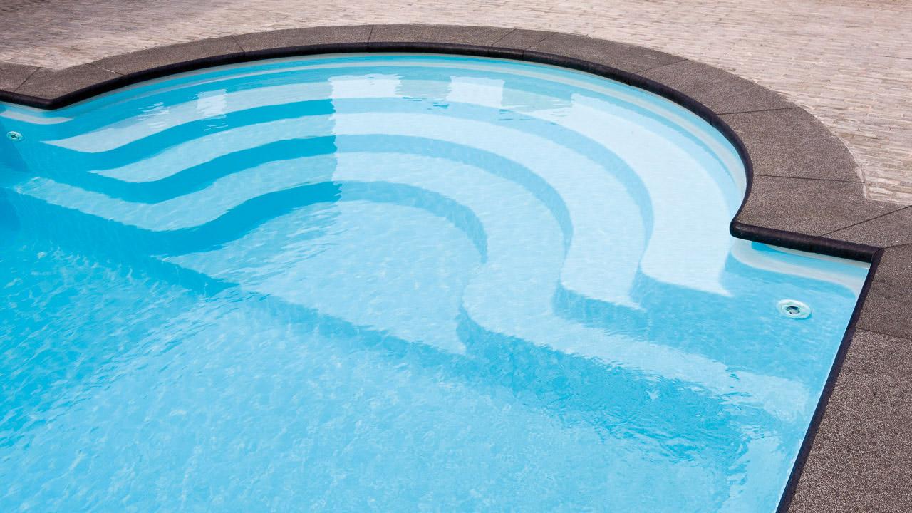 Poolen Java från Compasspools & Spa o Bad. Klassisk pooldesign med romersk trappa & livstidsgaranti