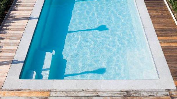 Poolen Fun från Compasspools och Spa o Bad. Lång pool med 2 trappor och livstidsgaranti