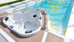 Poolen Yacht från Compasspools & Spa o Bad. Exklusiv lång pool, integrerat spabad & livstidsgaranti
