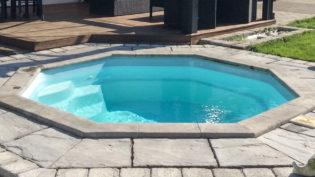 Poolen Oktagon från Spa o Bad, åttakantig lättplacerad liten pool med lång garanti