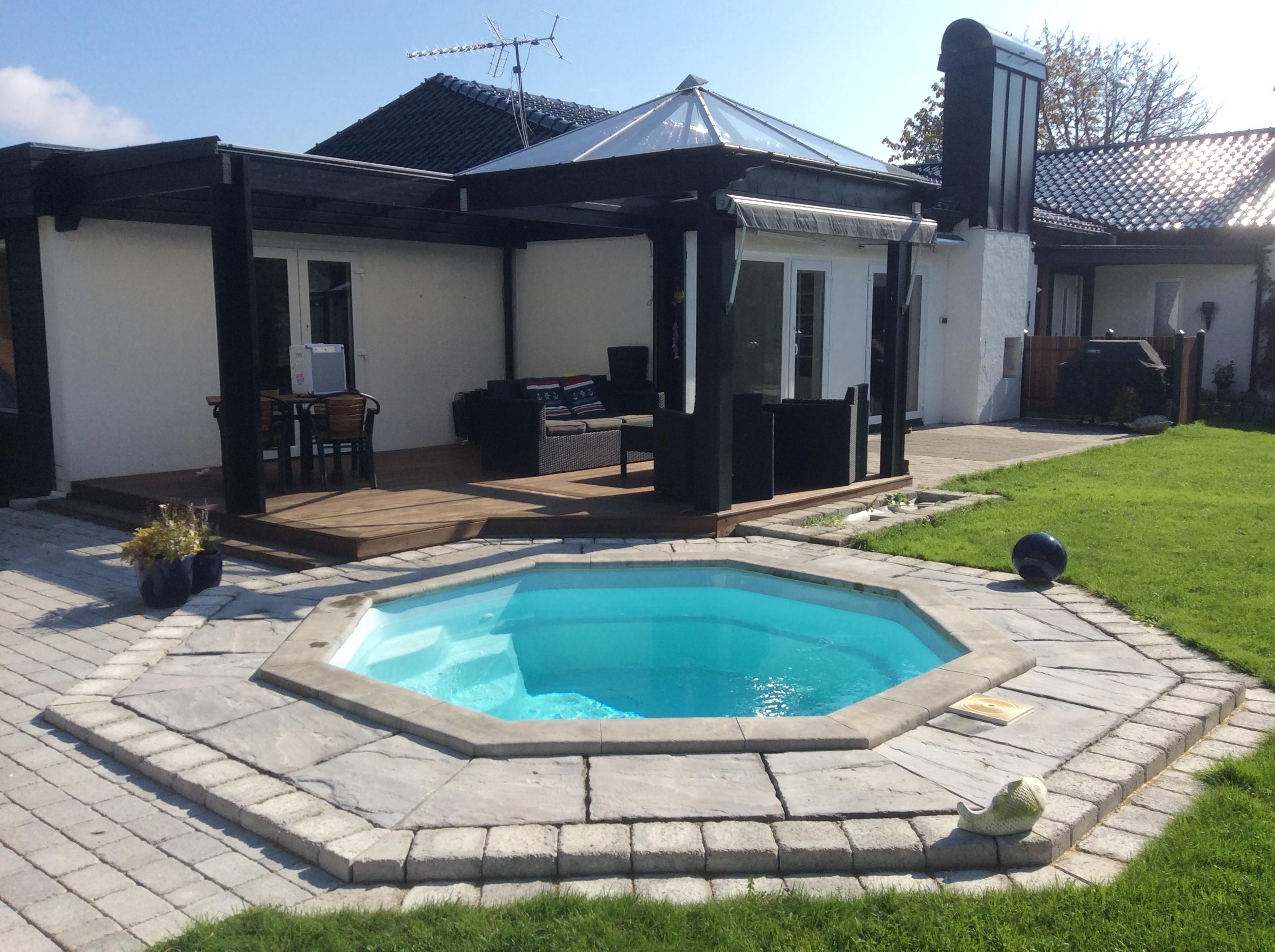 Oktagon Familypool - Liten pool - åttakantig pool - rund pool - omkringliggande stenplattor