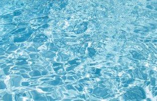 Rent vatten i poolen
